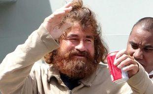 Cheveu et barbe hirsute à la Robinson Crusoé, un naufragé affirmant avoir dérivé pendant plus d'un an dans l'océan Pacifique est arrivé lundi à Majuro, capitale des îles Marshall, pour y subir des examens médicaux.
