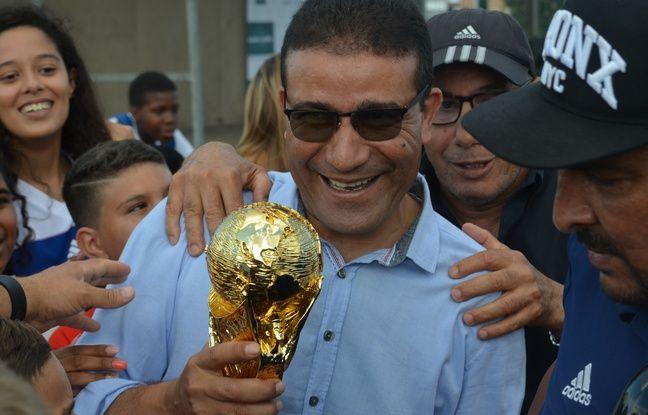 Très ému, le papa de Nabil, Mohamed Fekir, a multiplié les selfies ce mardi à Vaulx-en-Velin.