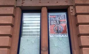 Un affiche du Bastion social sur la devanture de son local et bar associatif L'Arcadia à Strasbourg.