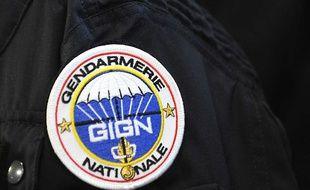 Le blason du GIGN sur la manche de l'uniforme d'un gendarme, le 4 août 2010 près de Versailles.