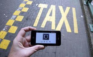Un smartphone avec le logo du service Uber, lors d'une manifestation de chauffeurs de taxi à Bruxelles, le 13 septembre 2015