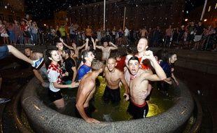 Des supporters croates se baignent dans une fontaine à Zagreb après la qualification de leur pays en demi-finale, grâce à sa victoire face à la Russie.