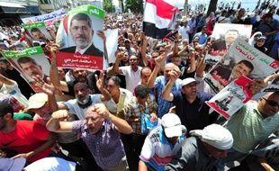 """Au moins quatre manifestants islamistes et un policier ont été tués en Egypte dans des heurts entre forces de l'ordre et manifestants pro-Morsi descendus dans les rues pour un """"vendredi de la colère"""" après la dispersion dans le sang de leurs rassemblements."""