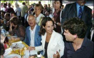 """Dans un clin d'oeil à Arnaud Montebourg, qui l'accueillait à cette traditionnelle fête et s'est rallié sous sa bannière, elle a même évoqué la """"VIe république"""" chère au coeur du député de Saône et Loire et de ses partisans, qui constituaient l'essentiel de l'assistance."""