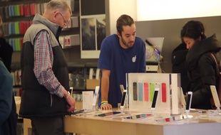 Les clients de cet Apple store américain avait de quoi être médusé en écoutant les arguments des faux vendeurs.