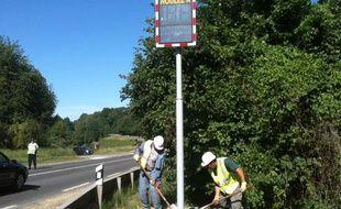 Installation d'un radar «pédagogique» sur la départementale 1029 entre Foucaucourt-en-Santerre et La Râperie, dans la Somme, le 30 mai 2011.