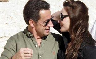 """Des déboires des couples Sarkozy et Royal-Hollande à Rachida Dati faisant la Une de Paris Match en robe Dior, puis l'entrée en scène inattendue de Carla Bruni, 2007 aura vu les noces spectaculaires de la politique et des """"people""""."""