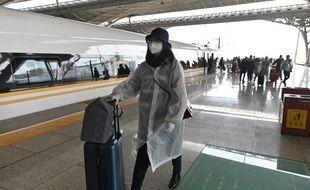 Des passagers débarquent à la gare de Wuhan, pour la première fois depuis deux mois, le 28 mars 2020.