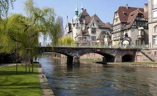 Quai sur l'Ill et vue sur le lycée des Pontonniers à Strasbourg.