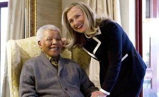 La secrétaire d'Etat américaine Hillary Clinton a déjeuné lundi chez l'ancien président sud-africain Nelson Mandela dans le village de Qunu (sud-est), où s'est retiré le héros de la lutte anti-apartheid.
