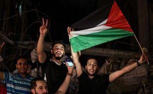Des Palestiniens de Gaza se félicitent du cessez-le-feu, jeudi soir.