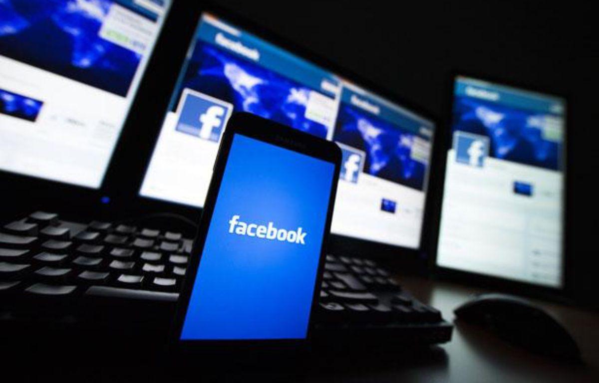 Facebook sur smartphone. – Valentin Flauraud / Reuters