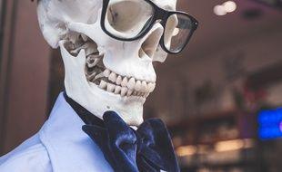 Illustration d'un squelette portant lunettes et noeud papillon