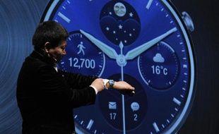 Le patron du groupe chinois Huawei présente une montre connectée au Congrès mondial de la téléphonie mobile, le 1er mars 2015 à Barcelone
