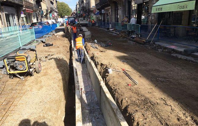 Travaux de création de la ligne D du tramway, rue Fondaudège à Bordeaux, le 12 septembre 2017