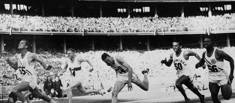 Bobby Joe Morrow (à gauche) franchit en premier la ligne d'arrivée du 100 m des Jeux olympiques de 1956 à Melbourne. (Archives)