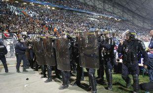 Les CRS positionnés au pied d'une tribune du stade Vélodrome, pendant OM - Naples, le 22 octobre 2013.