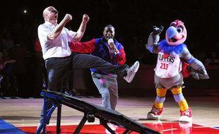Steve Ballmer fête son dunk réussi à la mi-temps du match entre les Los Angeles Clippers et Brooklyn le 29 février 2016.
