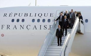 François Hollande descend de l'avion présidentiel le 12 septembre 2014, à Bagdad. Les déplacements présidentiels ont coûté 14,52 millions d'euros l'an dernier, soit 1,6% de moins qu'en 2013.