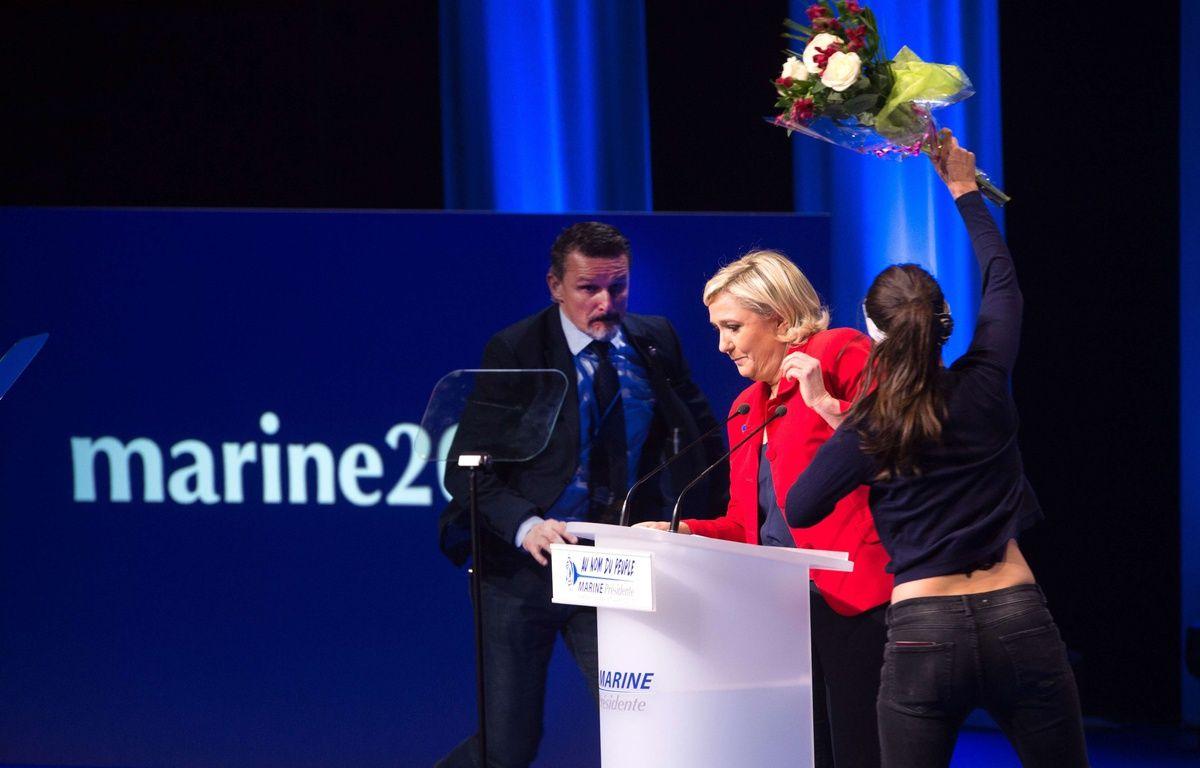 Le meeting de Marine Le Pen au Zenith a été interrompu par deux membres des Femen lundi 17 avril 2017. – CHAMUSSY/SIPA