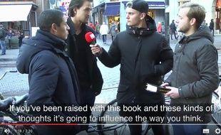 Capture d'écran d'une vidéo YouTube de «Dit Is Normaal», montrant la réaction de passants à la lecture de passage de la Bible.