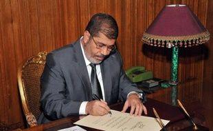 Dix nouveaux ministres ont prêté serment dimanche devant le président égyptien Mohamed Morsi, dans le cadre d'un remaniement concernant principalement des portefeuilles économiques et celui de l'Intérieur