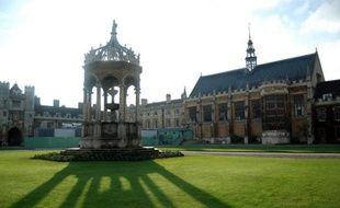 Les frais d'inscription à l'université en Angleterre devraient considérablement augmenter d'ici 2012, certaines facultés pouvant jusqu'à tripler les frais d'entrée, a annoncé mercredi le secrétaire d'Etat britannique chargé des Universités, David Willetts.