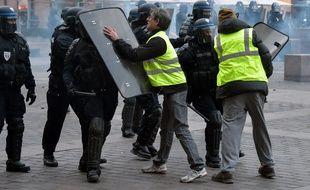 """Illustration d'une manifestation des """"Gilets jaunes"""" sur la place du Capitole à Toulouse."""