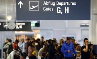 Des passagers à l'aéroport de Munich (Allemagne), le 9 novembre 2015.