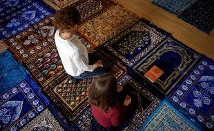 Anne-Sophie Monsinay (à droite) et Eva Janadin (à gauche), converties à l'Islam, dirigent une prière le 7 septembre 2019 à Paris.