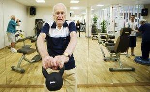 """Au rythme disco de """"Stayin' Alive"""", Lennart Zetterqvist, 90 ans, soulève des haltères: comme un nombre croissant de Suédois, il est déterminé à se maintenir en forme pour rester autonome et profiter aussi longtemps que possible de la vie, à l'écart des maisons de retraite."""