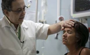 Une jeune femme colombienne diagnostiquée souffrante du syndrome de Guillain-Barré, le 11 février 2016 à l'hôpital Erasmo Meoz de Cucuta.