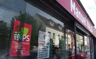 Corbeil-Essonnes, le 12 mai 2017. - La permanence de Manuel Valls à Corbeil-Essonnes affiche toujours les couleurs du PS.