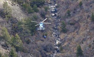 Des gendarmes hélitreuillés sur le site du crash de l'A320 le 25 mars 2015 près de la Seyne-les-AlpesS