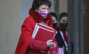 La ministre de la Culture Roselyne Bachelot (derrière le masque).