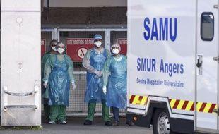 Un véhicule du Samu arrive au CHU d'Angers avec des malades du Covid-19.