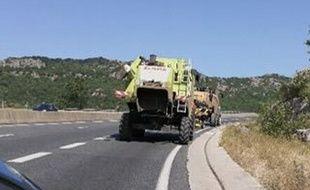 Deux moissonneuses batteuses perdues sur l'autoroute A75 dans l'Hérault.