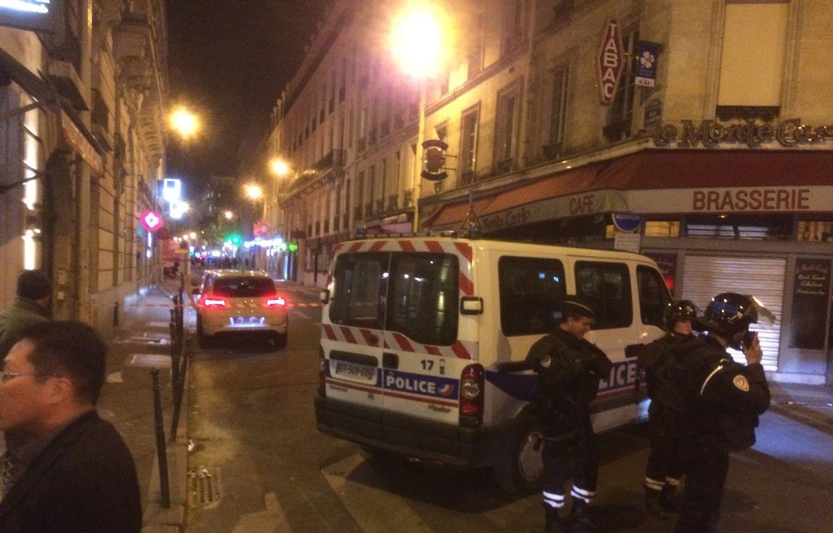 Une fusillade sur les Champs-Elysées. Des policiers bloquent les accès, rue de Ponthieu. – F. Hernandez