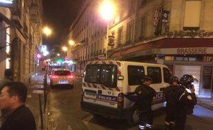 Une fusillade sur les Champs-Elysées. Des policiers bloquent les accès, rue de Ponthieu.