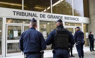 Des policiers devant le tribunal de grande instance d'Evry, le 15 octobre 2019.