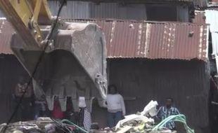 Un bébé de sept mois a été retrouvé vivant dans les décombres, quatre jours après l'effondrement, le 30 avril 2016, d'un immeuble de Nairobi (Kenya).
