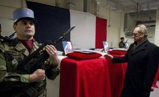 Le ministre français de la Défense Gérard Longuet a atténué les risques de départ anticipé des troupes françaises d'Afghanistan envisagés par le président Sarkozy, samedi à Kaboul, où il s'est rendu au lendemain d'un attentat qui a tué 4 militaires français et en a blessé 15.
