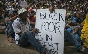 Des étudiants manifestent contre l'augmentation des frais de scolarité pour la rentrée prochaine, à Pretoria le 21 octobre 2015