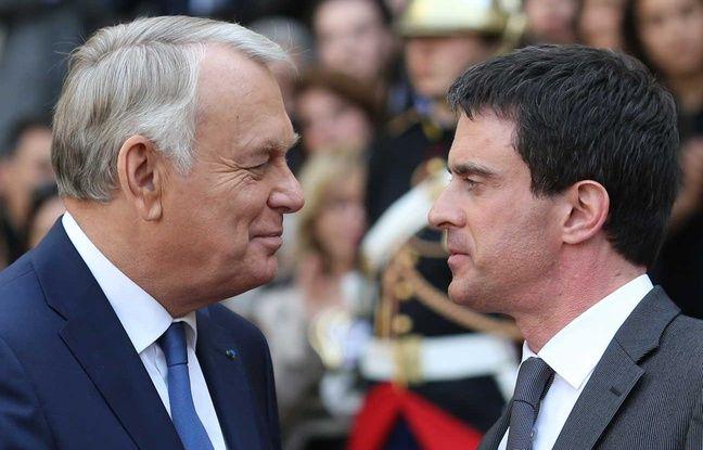 Manuel Valls et Jean-Marc Ayrault se serrent la main le 1er avril 2014.