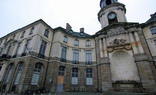 La façade de l'Hôtel de ville de Rennes a été dégradée en marge de la manifestation des gilets jaunes le 5 janvier 2019.