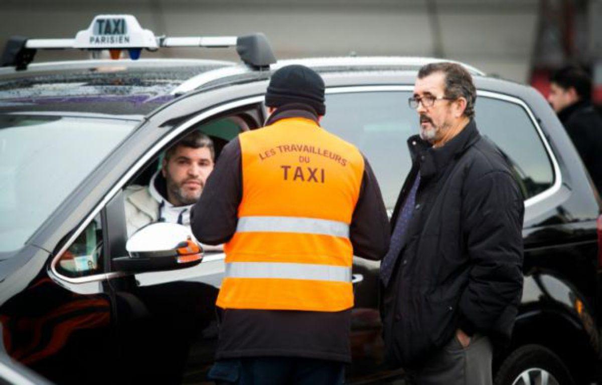 Des taxis en grève Porte Maillot à Paris, le 28 janvier 2016 – GEOFFROY VAN DER HASSELT AFP