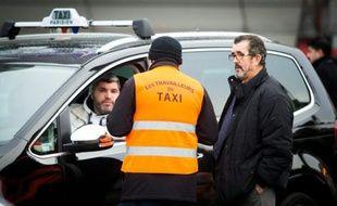 Des taxis en grève Porte Maillot à Paris, le 28 janvier 2016
