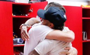 Piqué prend Neymar dans ses bras, c'est trop choupi.