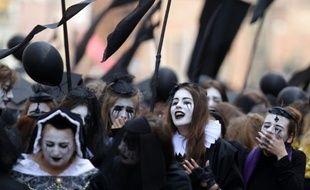 """Des """"pleureuses"""" et """"pleureurs"""" commémorent la mort de Shakespeare à Gdansk, en Pologne, le 23 avril 2016"""