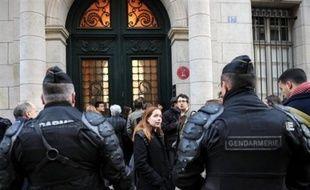 La plupart des cours étaient suspendus lundi à l'université de Paris IV Sorbonne, après la tenue d'une assemblée générale qui a voté le blocage de l'université, a-t-on appris de sources concordantes. Vendredi, Paris-IV avait connu une situation similaire.